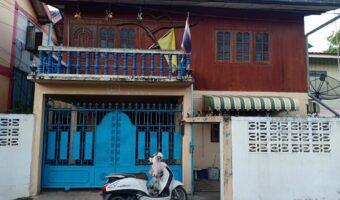 PH739 ขายบ้าน 2 ชั้น หลังคาทรงปั้นหยาและทรงไทยทั้งสองหลังติดกัน ขนาดพื้นที่ 54 ตร.ว. ที่ราชพัสดุ