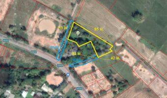 P162 ขายที่ดินพร้อมขายเนื้อที่ 1 ไร่ 1 งาน 28 ตร.ว. อำเภอเมืองนครนายกติดถนน 2 ด้าน มีบ่อในพื้นที่ ด้านหลังเห็นวิวเขา